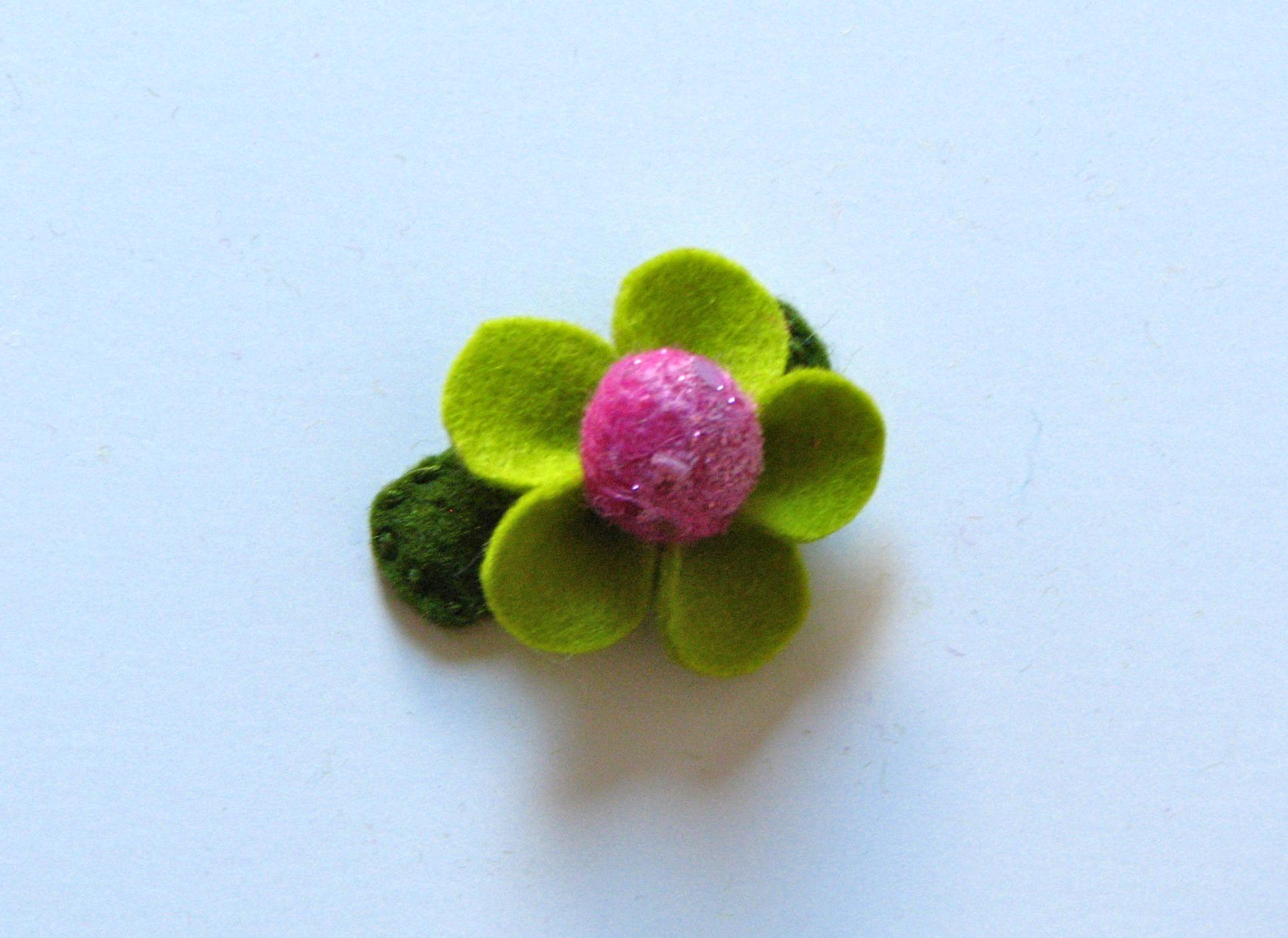Заколка с цветком из ткани